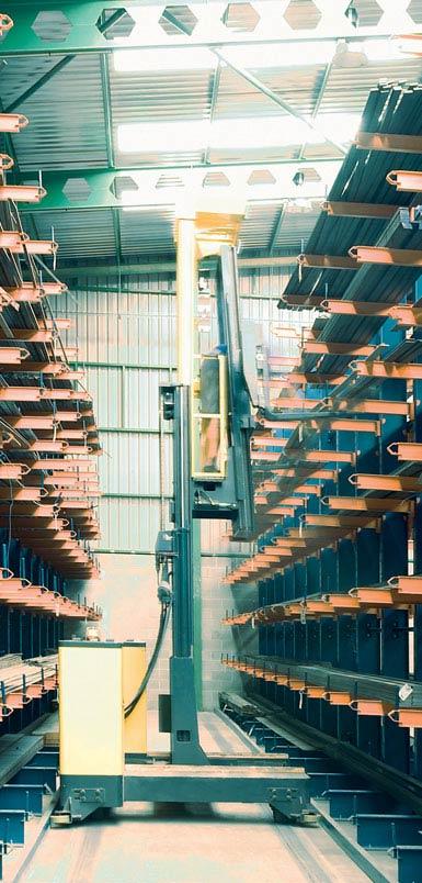 Fotografie retraku s bočním nakládáním ve skladu kovových profilů