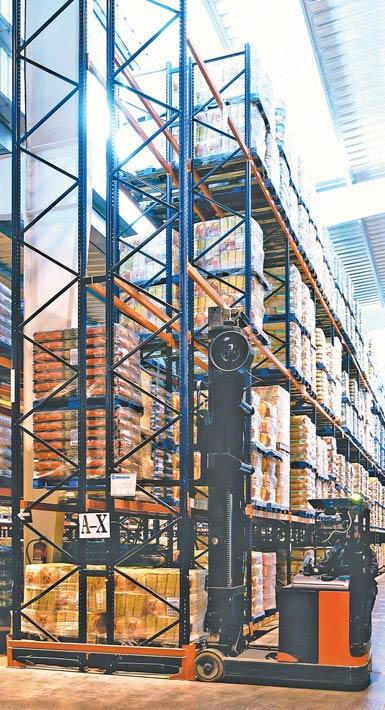 Fotografie retraku pro regály s dvojitou hloubkou, který je používán ve skladu potravin s velkou spotřebou