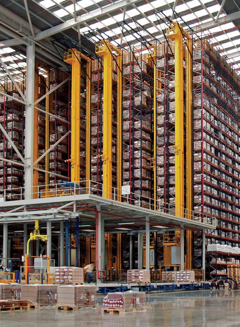 Regály vysokého skladování uvnitř výrobní a prodejní haly stavební keramiky