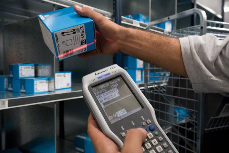 Používání systémů automatické identifikace zjednodušuje proces kompletace.