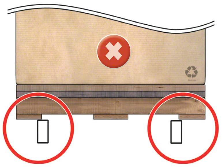 Paleta leží na příčce pouze částečně, takže může upadnout.