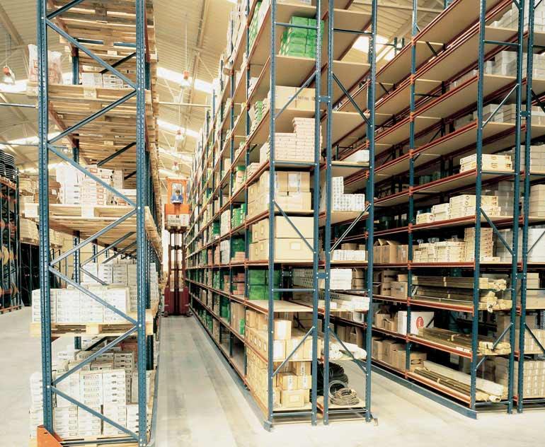 Sklad jednotlivých krabic s regály obsluhovanými vozíkem pro kompletaci objednávek