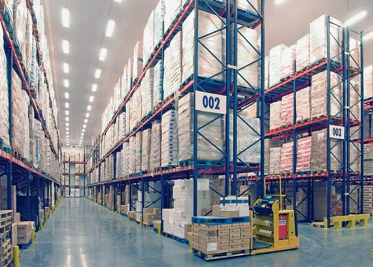 Kompletace na úrovni podlahy ve skladu společnosti z distribučního odvětví