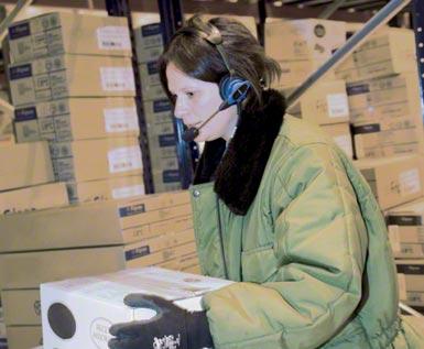 Hlasová kompletace (voice picking) používaná v automatizovaném logistickém centru určeném pro skladování a distribuci mražených výrobků