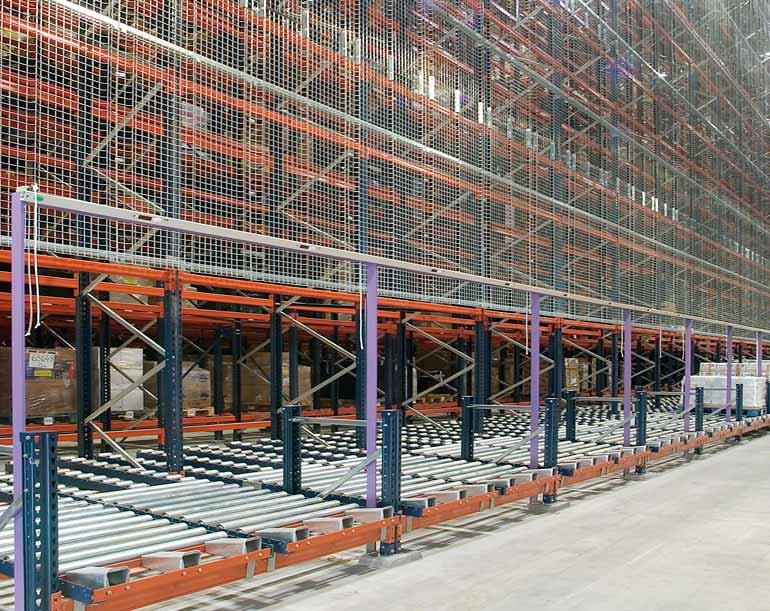Stanoviště pro kompletaci umístěné vbočním prostranství automatického skladu