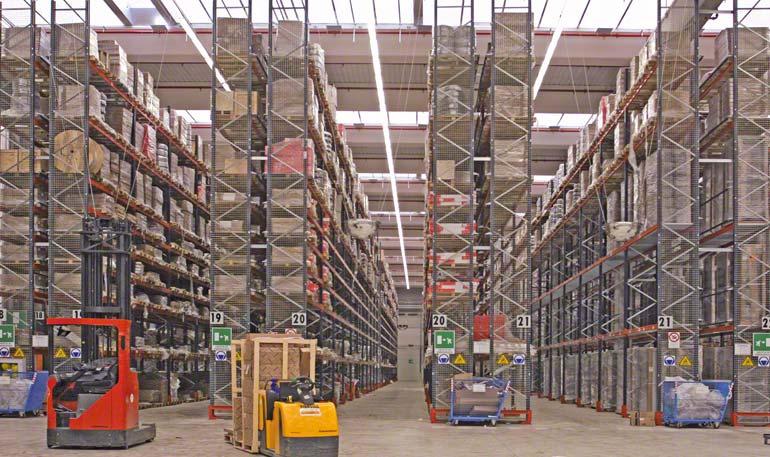Centrální sklad s překládkovými zařízeními určenými pro správné skladování zboží