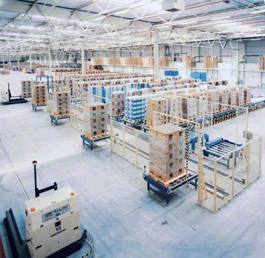 Vyrovnávací sklad zkompletovaných objednávek v zóně odesílání s automatickým tříděním.