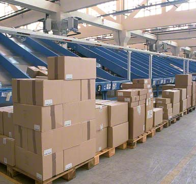 Třídění zásilek podle zákazníků nebo trasy.