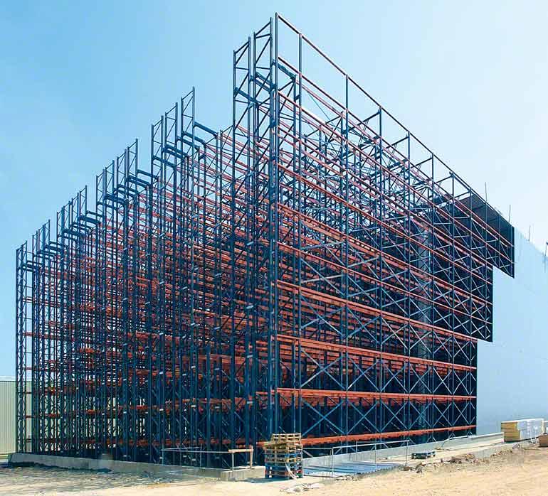 V samonosném skladu je obklad stěn a střechy uchycen přímo ke konstrukci skladovacích regálů.