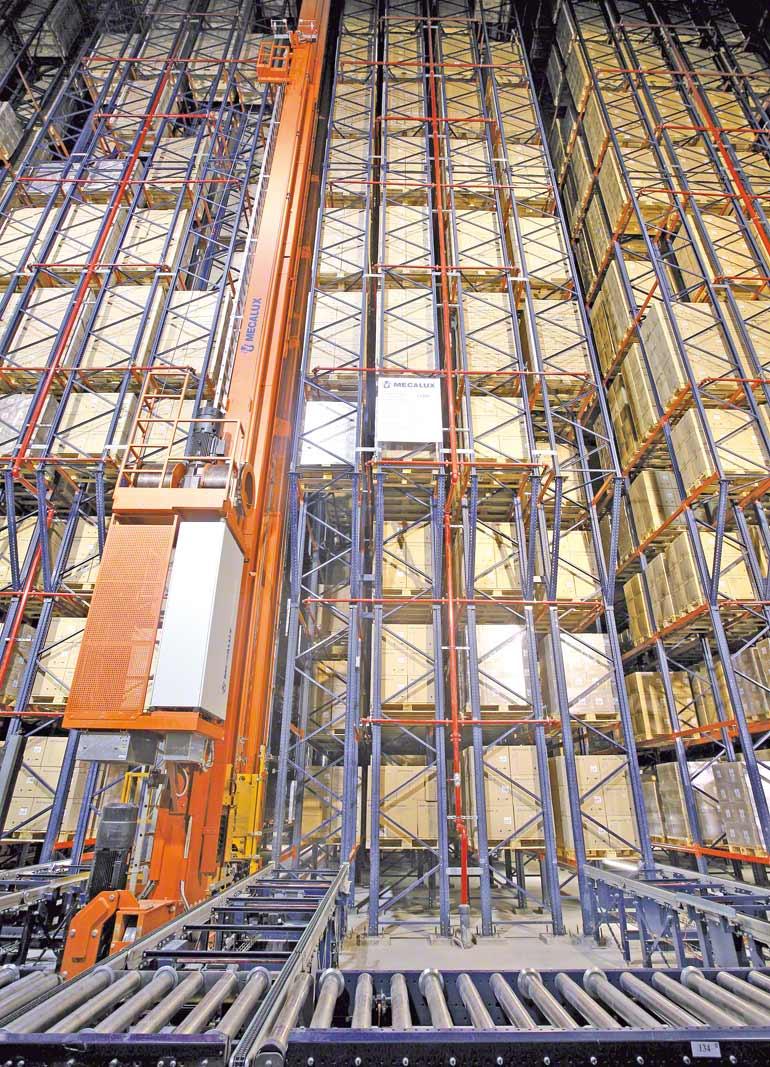 Kyvadlově pracující zařízení v samonosném skladu ve farmaceutickém odvětví